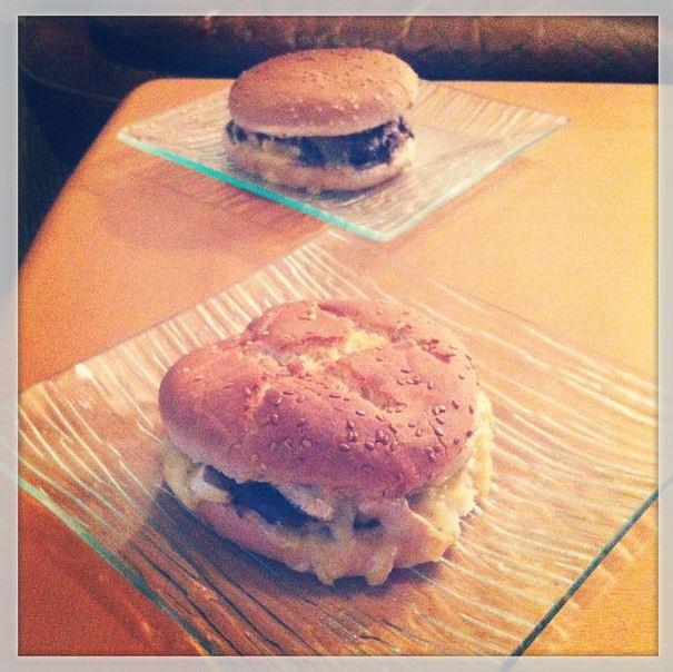 burgers normands pain.steak haché.moutarde.camembert. Pont l'évêque. pomme. andouillette